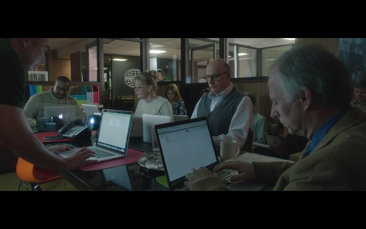 Apple MacBook Notebooks – The D Train (2015) - Movie Product Placement