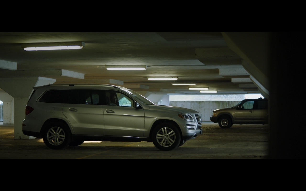 Mercedes-Benz GL 450 4MATIC – Zipper (2015) - Movie Product Placement