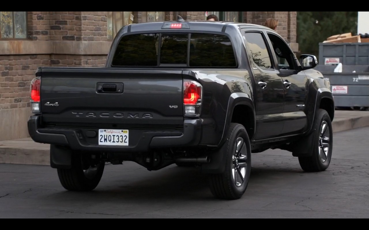 Toyota Tacoma - New Girl TV Series Product Placement (3)