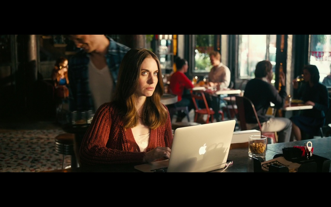 Apple MacBook Pro 15 – How to Be Single 2016 Product Placement (1)