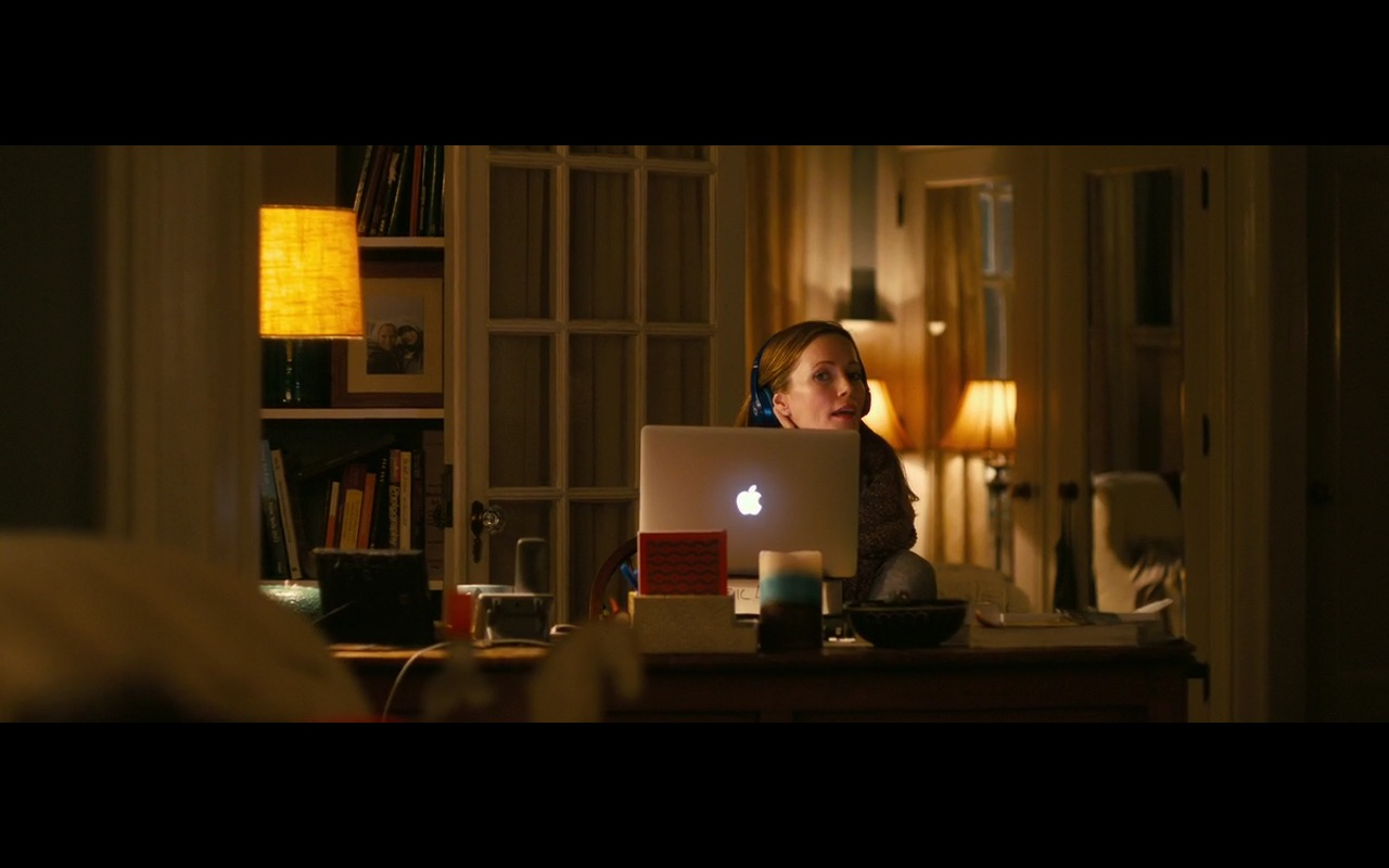 Apple MacBook Pro 15 – How to Be Single 2016 Product Placement (6)
