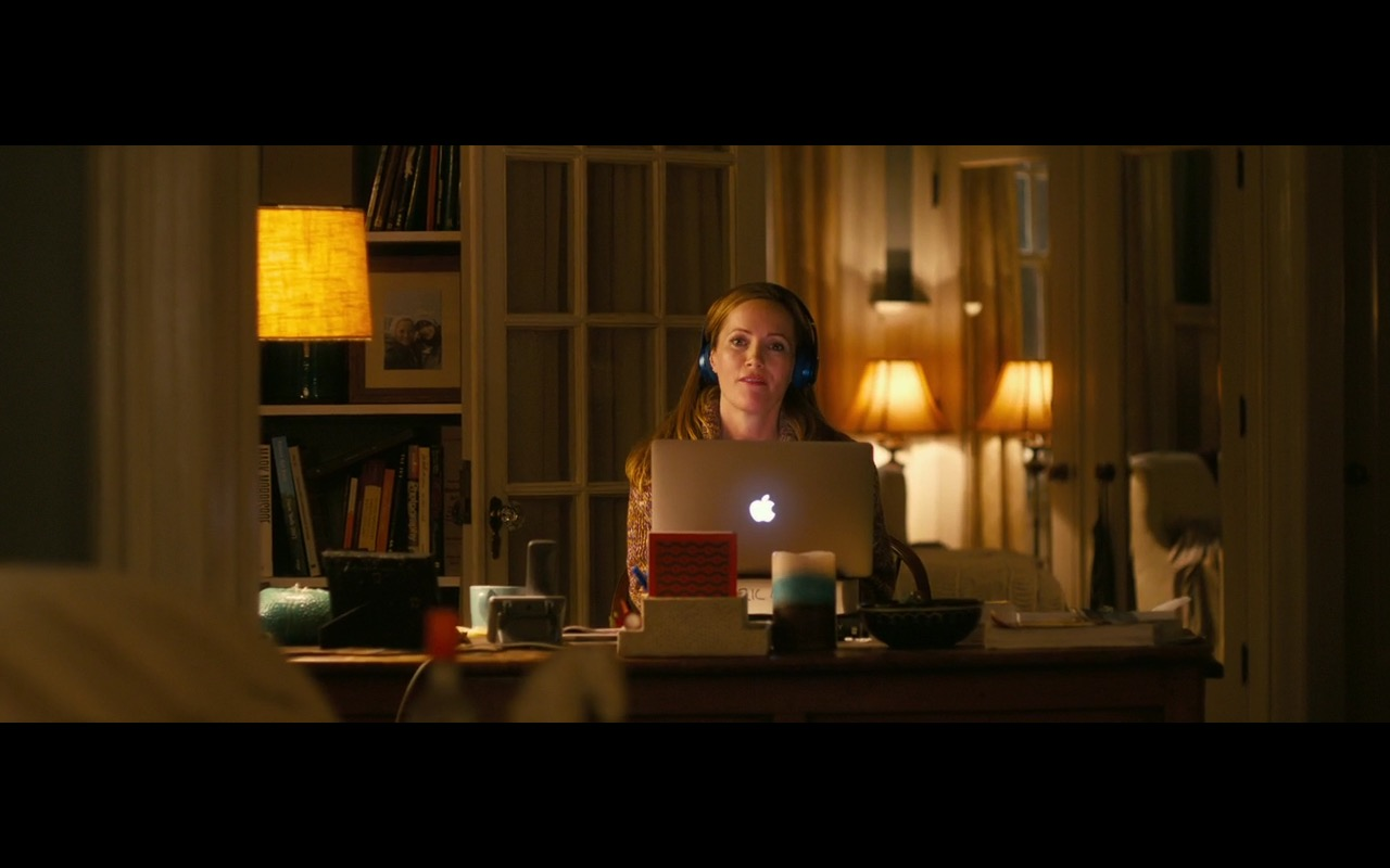 Apple MacBook Pro 15 – How to Be Single 2016 Product Placement (7)