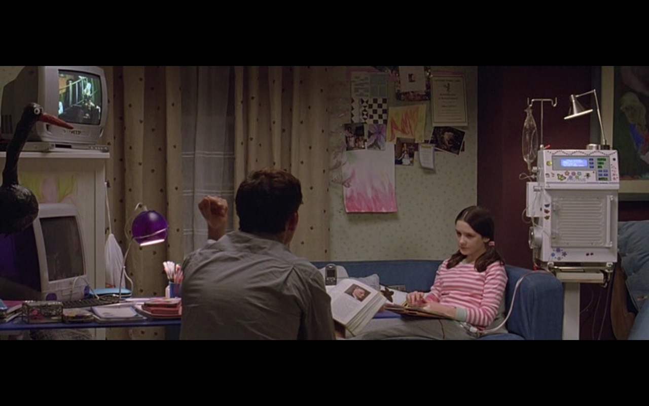 Apple iMac G3 - Derailed (2005) - Movie Product Placement