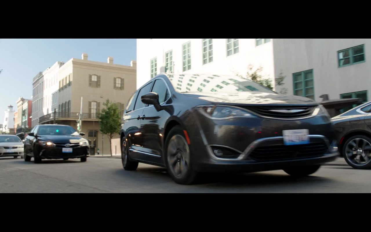 Chrysler Pacifica - Bad Moms (2016) Movie Product Placement