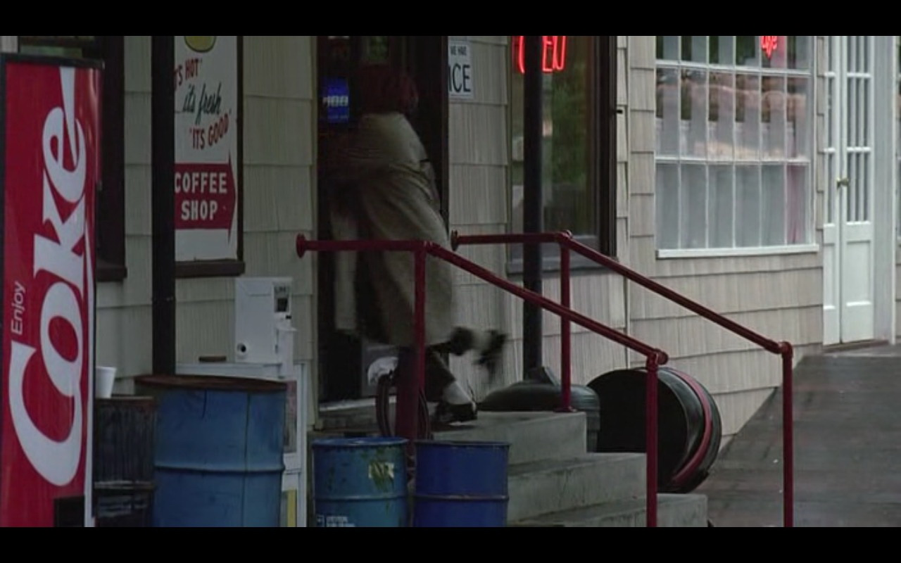Coca-Cola Vending Machine in Kindergarten Cop (1990) - Movie Product Placement