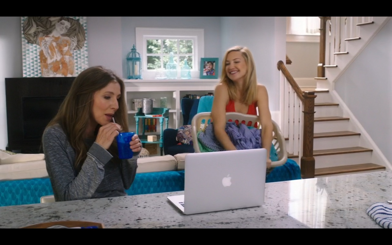 Apple MacBook Pro – Mother's Day (2016) - Movie Product Placement
