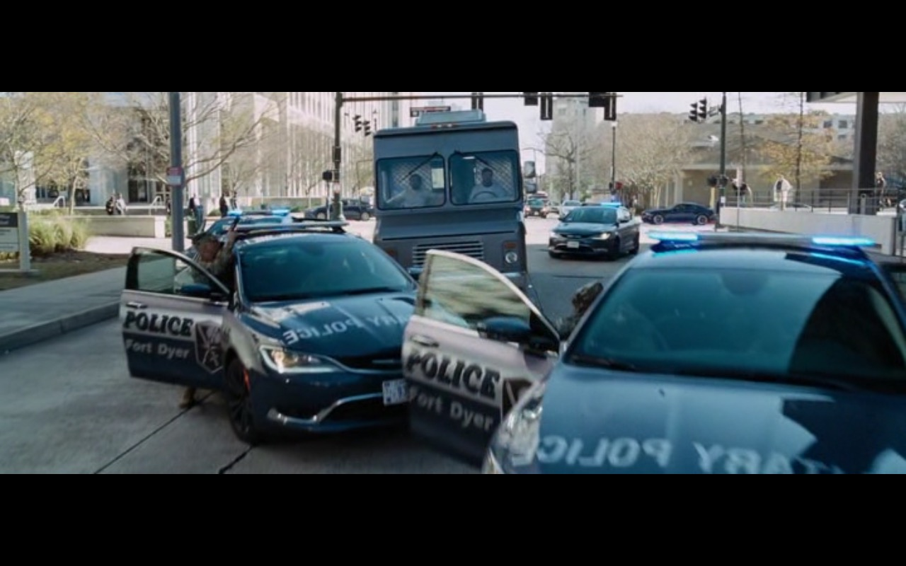 Chrysler 200 – Jack Reacher: Never Go Back (2016) Movie Product Placement