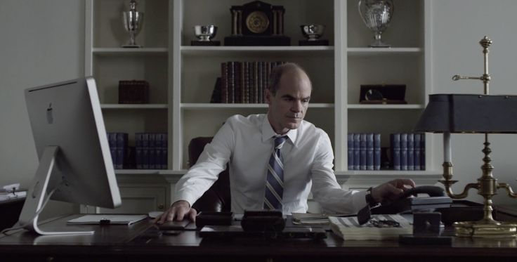 Apple iMac computer used by Michael Kelly in HOUSE OF CARDS: CHAPTER 24 (2014) - TV Show Product Placement