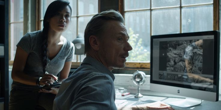 Apple iPad tablet and Apple iMac computer - HOUSE OF CARDS: CHAPTER 10 (2013) TV Show Product Placement