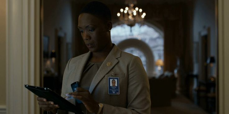 Apple iPad tablet and Blackberry mobile phone - HOUSE OF CARDS: CHAPTER 28 TV Show Product Placement