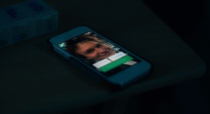 Apple iPhone mobile phone in THE FAULT IN OUR STARS (2014) - Movie Product Placement