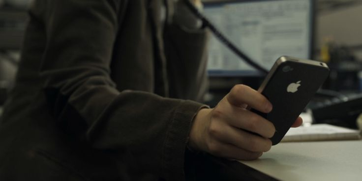 Apple iPhone mobile phone used by Kate Mara in HOUSE OF CARDS: CHAPTER 1 (2013) TV Show Product Placement