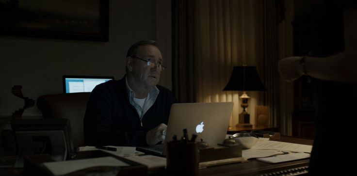 Apple MacBook laptop used by Kevin Spacey  in HOUSE OF CARDS: CHAPTER 34 (2015) TV Show Product Placement