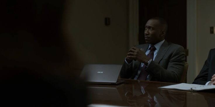 Asus laptop in HOUSE OF CARDS: CHAPTER 45 (2016) TV Show Product Placement