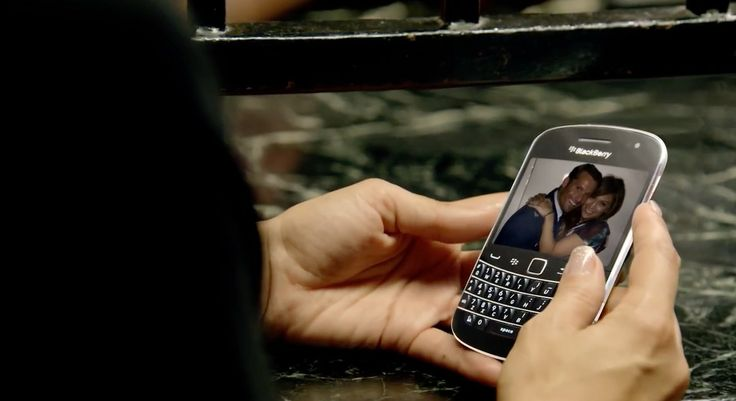 Blackberry Bold 9900 mobile phone used by Jennifer Lopez in PAPI (2011) Official Music Video Product Placement