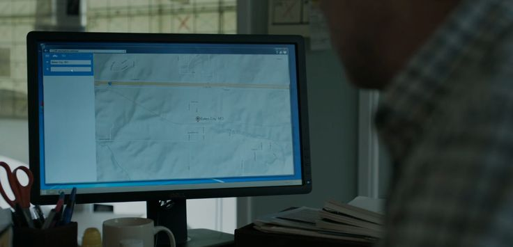 Dell monitor in HOUSE OF CARDS: CHAPTER 49 (2016) TV Show Product Placement