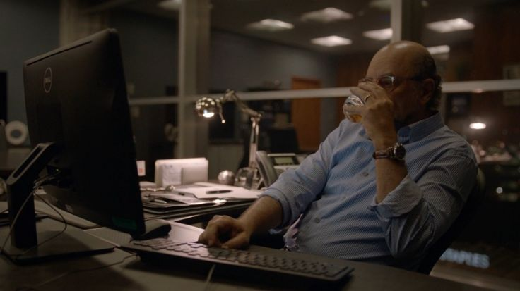 Dell monitor used by Richard Schiff in BALLERS: ENDS (2015) TV Show Product Placement