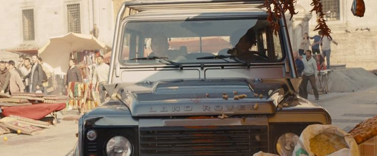 Land Rover Defender 110 Crew Cab driven by Naomie Harris in SKYFALL (2012) - Movie Product Placement