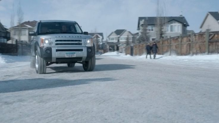 Land Rover LR3 (2005) SUV in FARGO: WHO SHAVES THE BARBER (2014) TV Show Product Placement