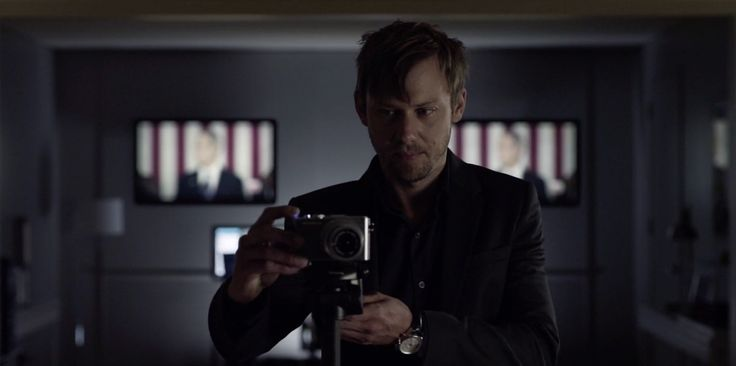 Olympus E-PL3 camera used by Jimmi Simpson in HOUSE OF CARDS: CHAPTER 16 (2014) TV Show Product Placement