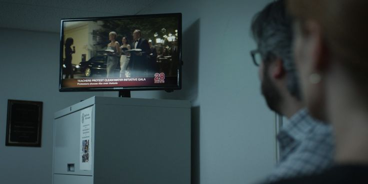 Samsung TV in HOUSE OF CARDS: CHAPTER 5 (2013) TV Show Product Placement