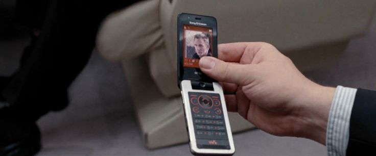 Sony Ericsson W707 mobile phone in QUANTUM OF SOLACE (2008) Movie Product Placement