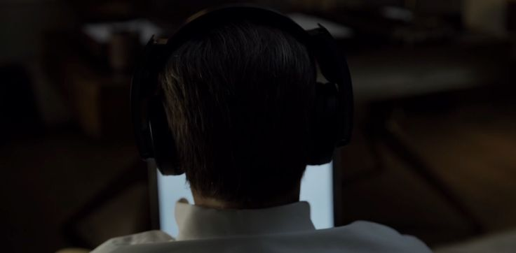 Sony headphones used by Kevin Spacey in HOUSE OF CARDS: CHAPTER 23 (2014) TV Show Product Placement