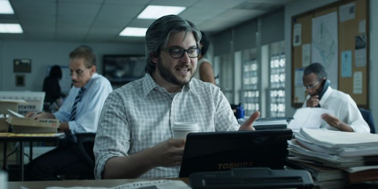 Toshiba laptop in HOUSE OF CARD: CHAPTER 6 (2013) TV Show Product Placement