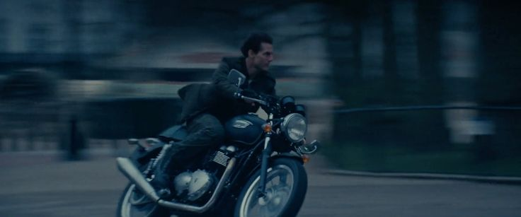 Triumph Thruxton 900 motorcycle driven by Tom Cruise in EDGE OF TOMORROW (2014) - Movie Product Placement