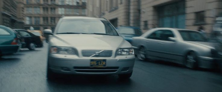 Volvo V70 Gen.2 driven by Brad Pitt in WORLD WAR Z (2013) - Movie Product Placement