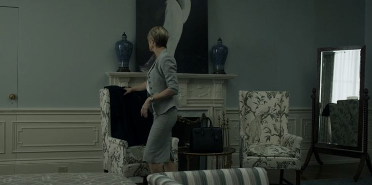 Yves Saint Laurent Sac du Jour bag used by Robin Wright in HOUSE OF CARDS: CHAPTER 39 (2015) - TV Show Product Placement