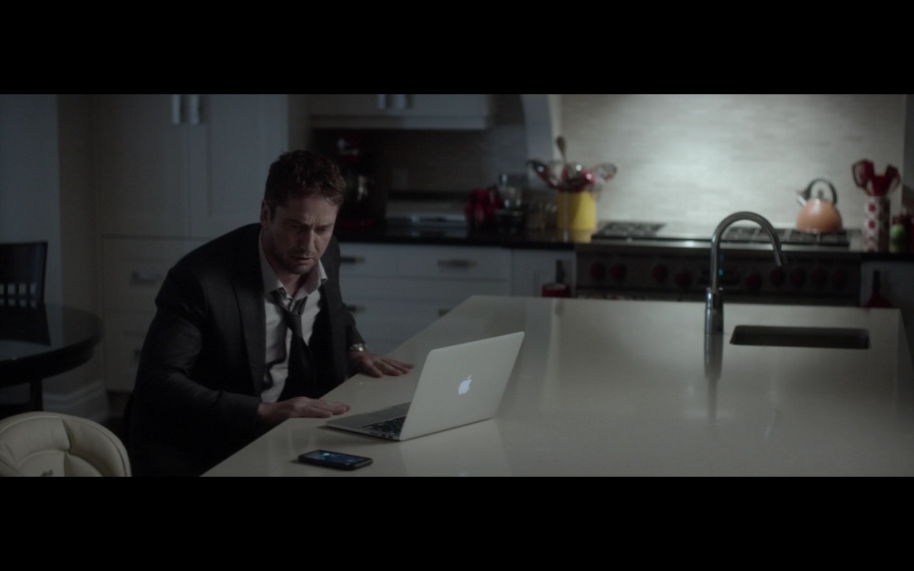 Apple Macbook Laptop – A Family Man (2016) Movie Product Placement