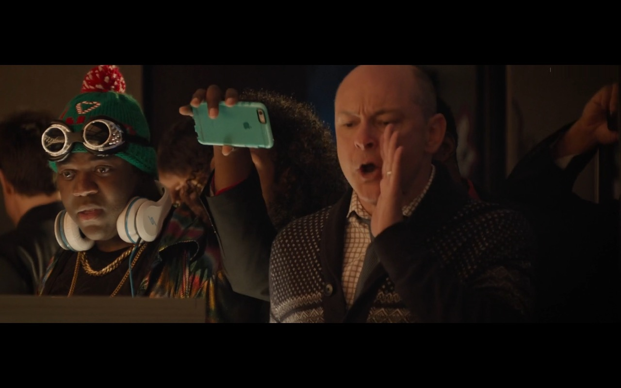 Apple iPhone 6/6S – Office Christmas Party (2016) Movie Product Placement