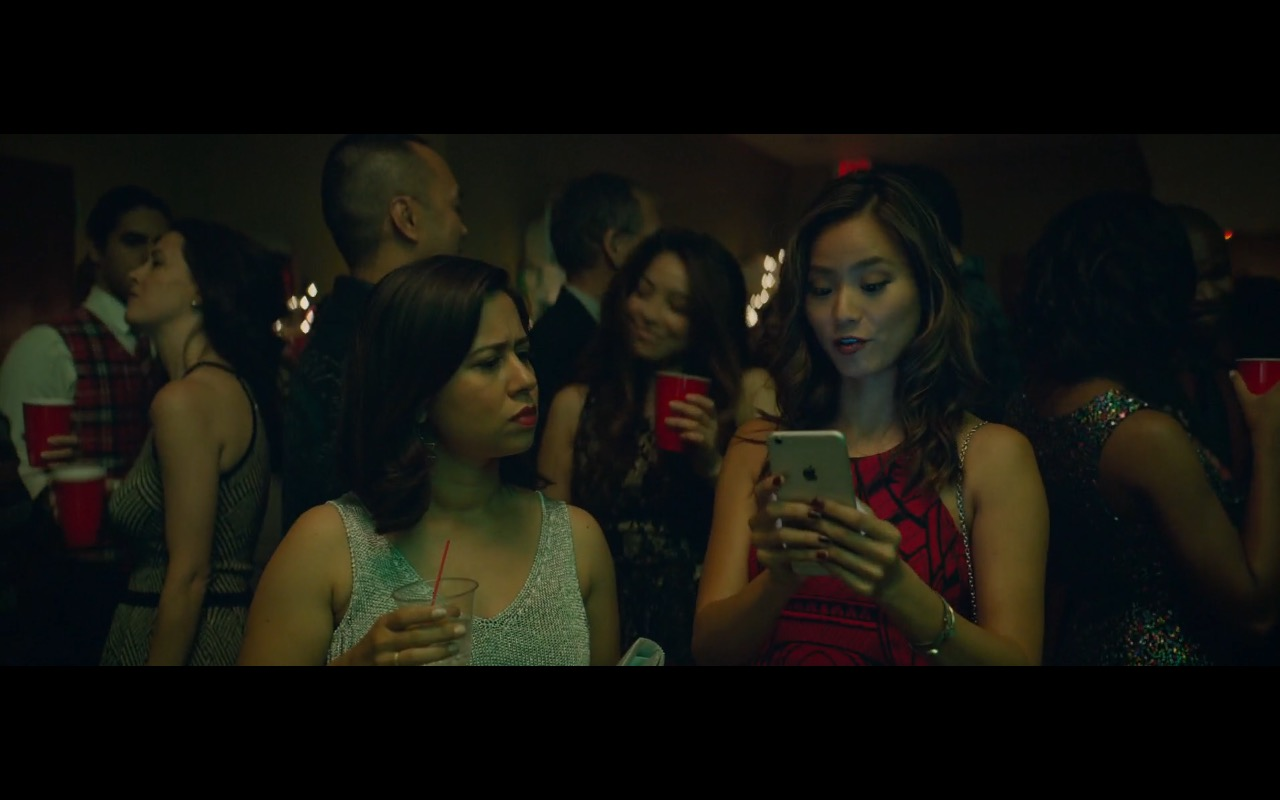 Apple iPhone 6/6s Plus – Office Christmas Party (2016) Movie Product Placement
