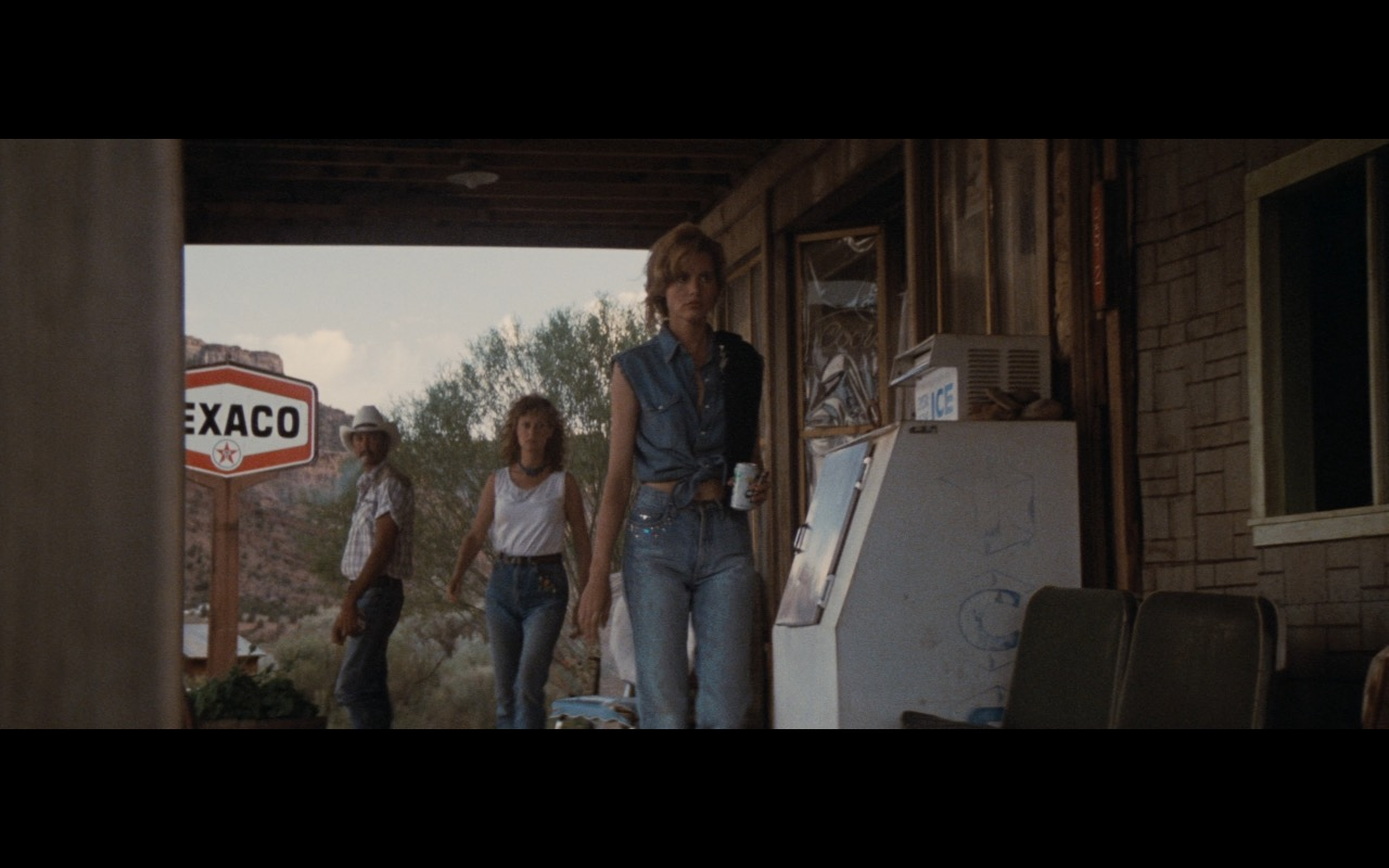 Texaco Filling Station & Signs - Thelma & Louise (1991) Movie Product Placement