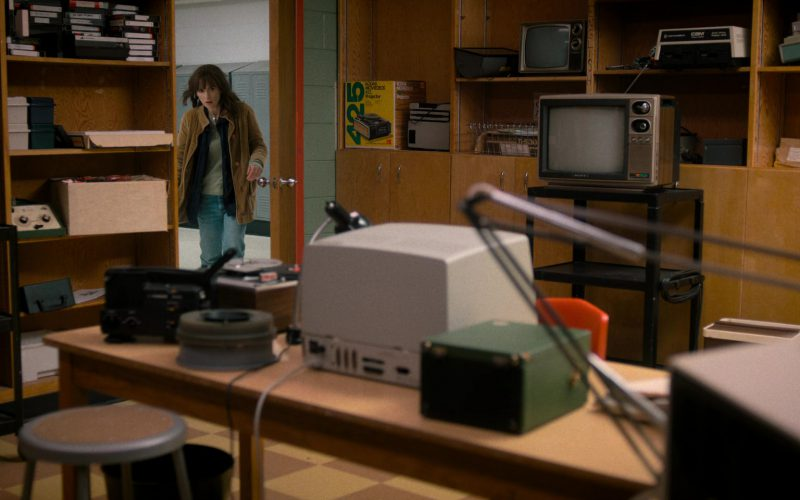 Kodak Movie Deck 425 Projector and Sony TV in Stranger Things (1)