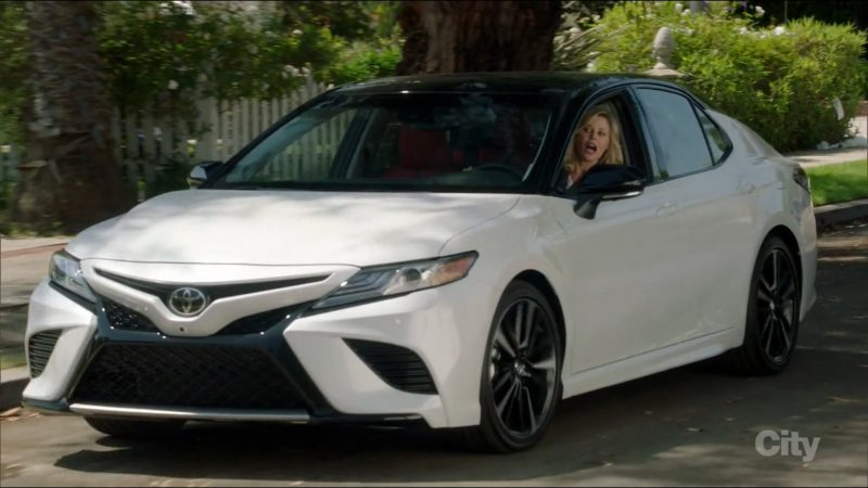 Toyota Camry Car Driven by Julie Bowen in Modern Family: It's the Great Pumpkin, Phil Dunphy (2017) TV Show Product Placement