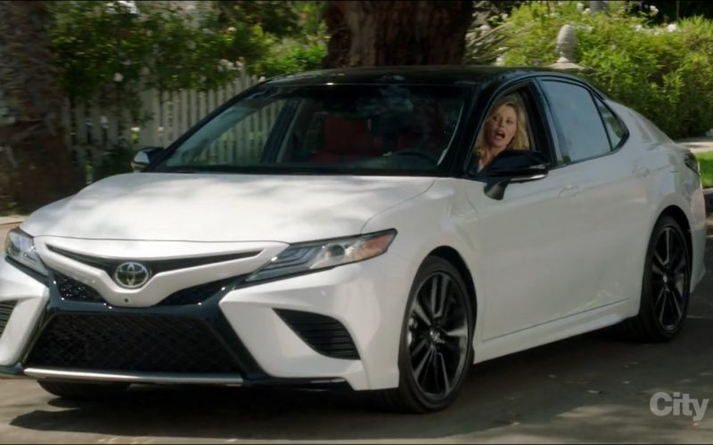 Toyota Camry Car Driven by Julie Bowen in Modern Family (1)