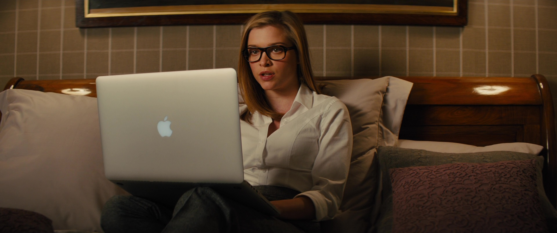 Sophie Cookson Picture 1: Apple MacBook Pro Notebook Used By Sophie Cookson In