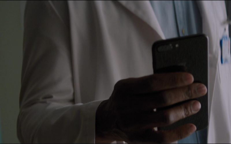 Apple iPhone Used by Idris Elba in The Mountain Between Us