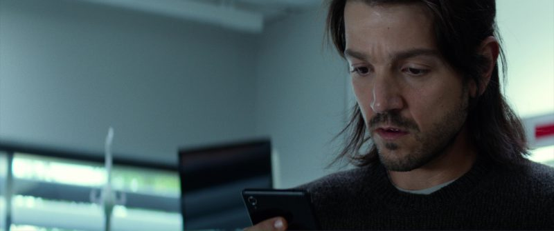 Sony Xperia Smartphone Used by Diego Luna in Flatliners (2017) - Movie Product Placement