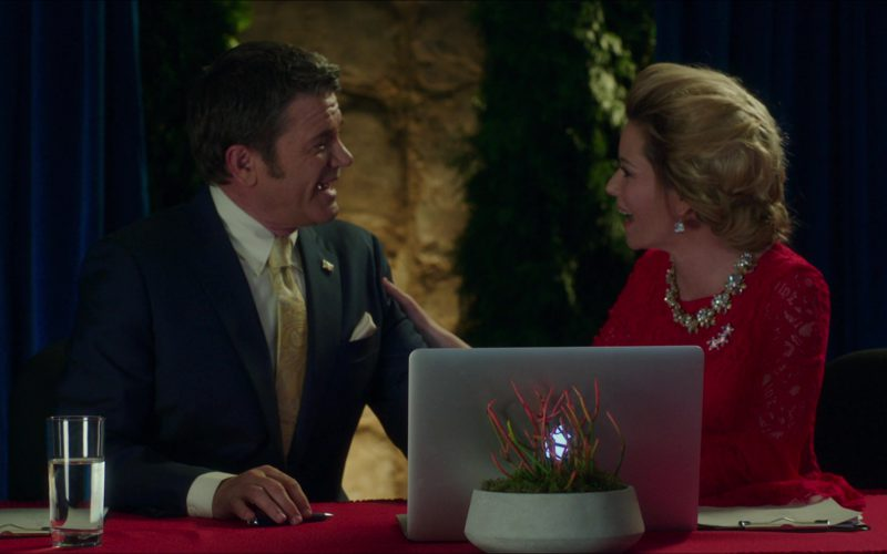 Apple MacBook Pro Laptop Used by Elizabeth Banks and John Michael Higgins in Pitch Perfect 3 (1)