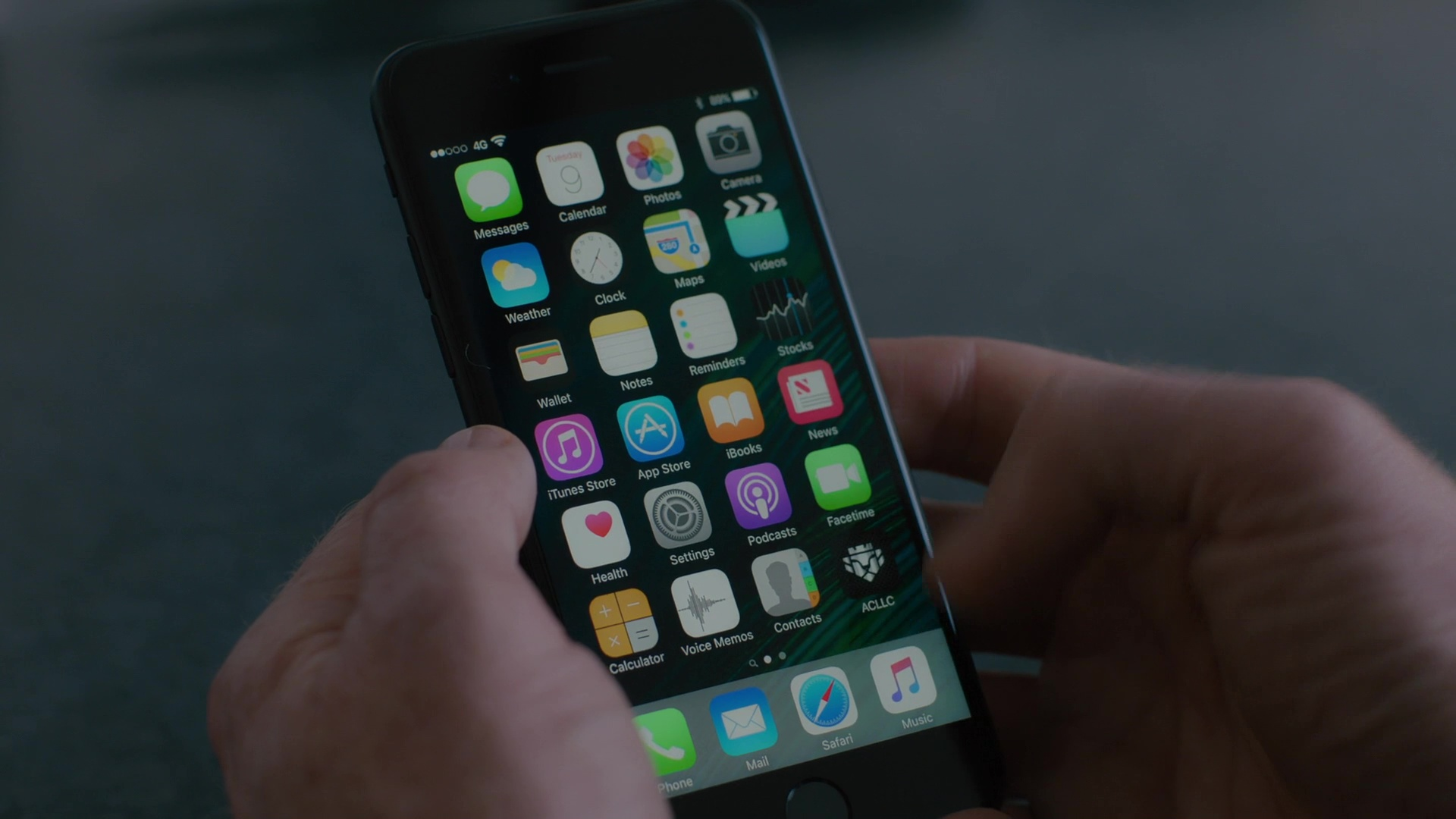 apple iphone 7 used by damian lewis in billions the wrong. Black Bedroom Furniture Sets. Home Design Ideas