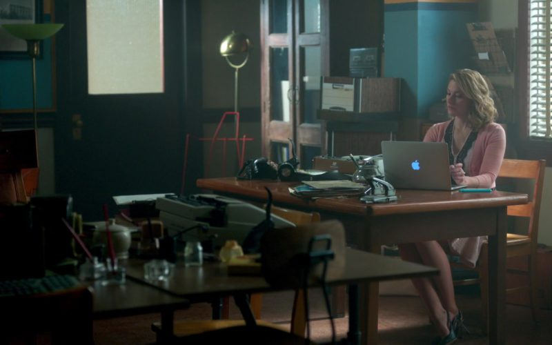 Apple Laptop Used by Mädchen Amick in Riverdale (1)
