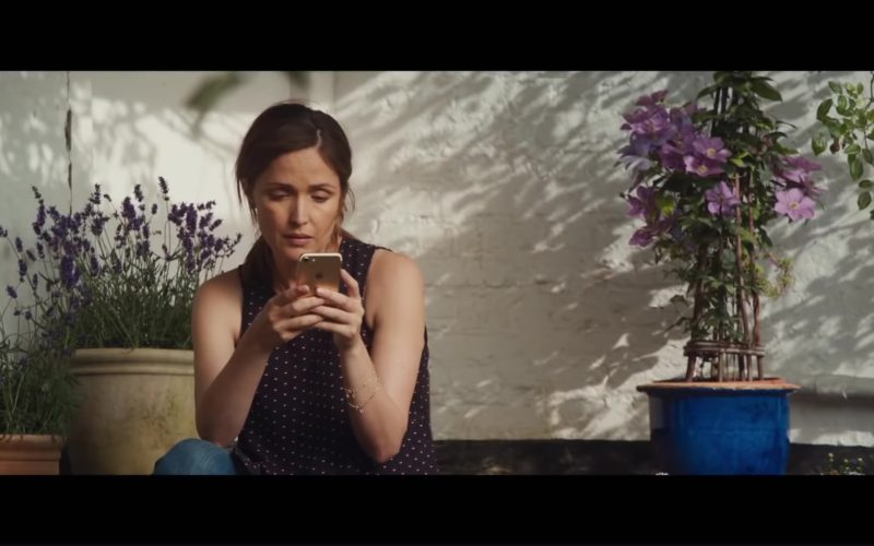 Apple iPhone Used by Rose Byrne (1)