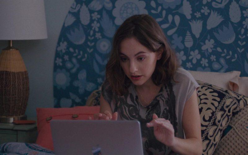 Apple MacBook Laptop Used by Madeline Weinstein (Claire) in Alex Strangelove (1)