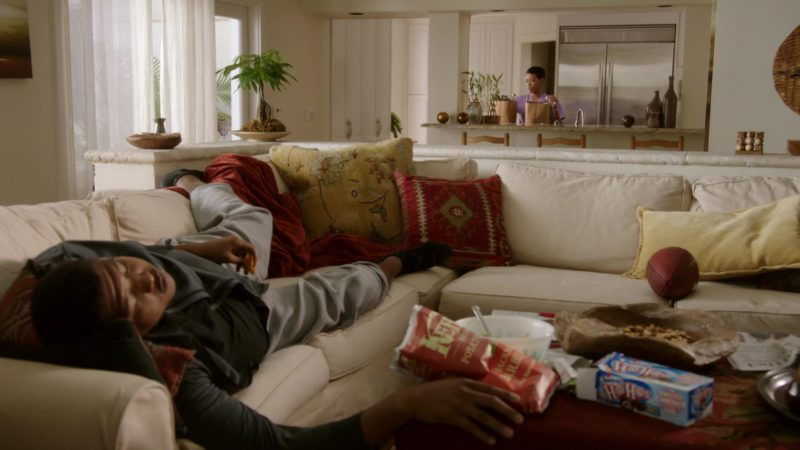 """Ho Hos Snack Cakes in Ballers: Season 1, Episode 1, """"Pilot"""" (2015) TV Show Product Placement"""