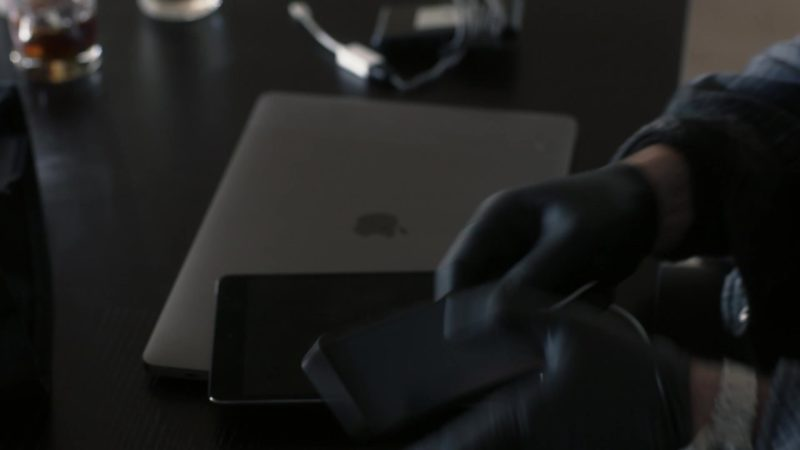"Apple MacBook Laptop in Ray Donovan Season 6 Episode 2 ""Staten Island, Part Two"" (2018) TV Show Product Placement"