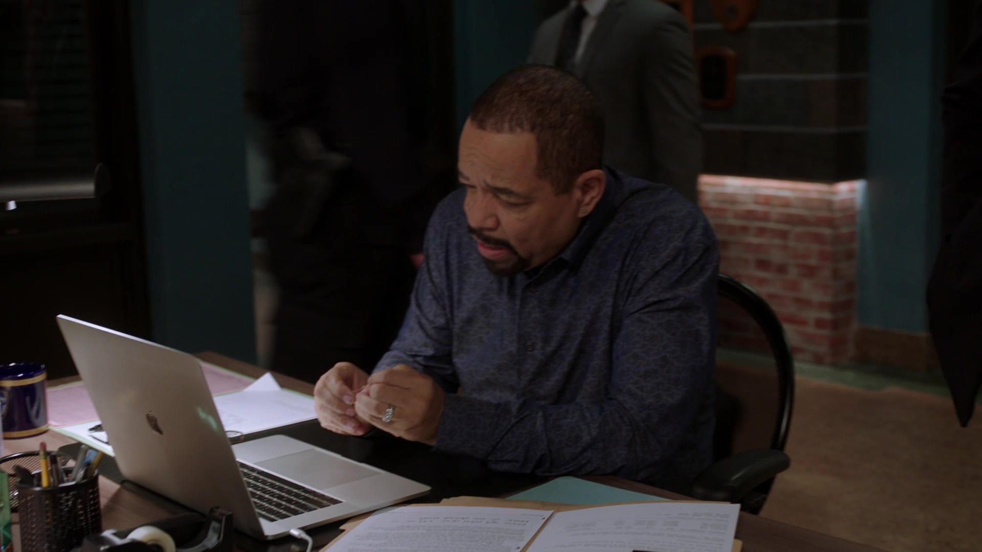 Apple macbook pro laptops in law order special victims for Hell s kitchen season 15 episode 1