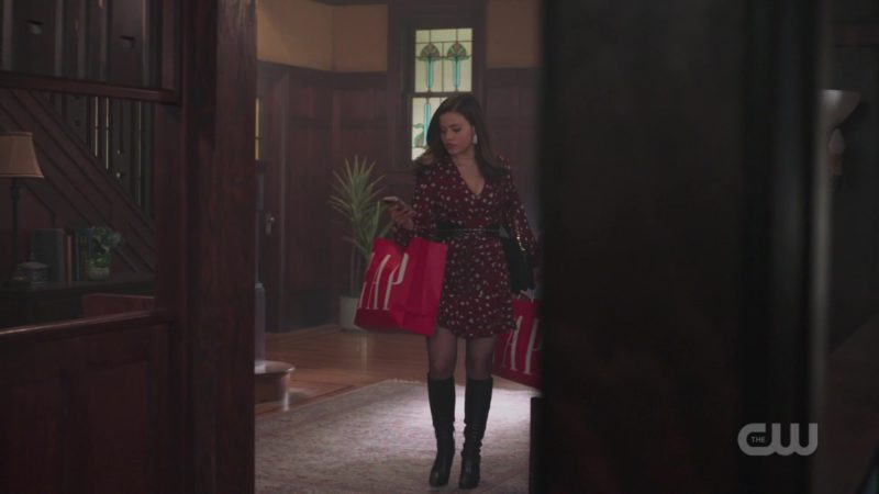 "GAP in Charmed Season 1 Episode 5 ""Other Women"" (2018) - TV Show Product Placement"